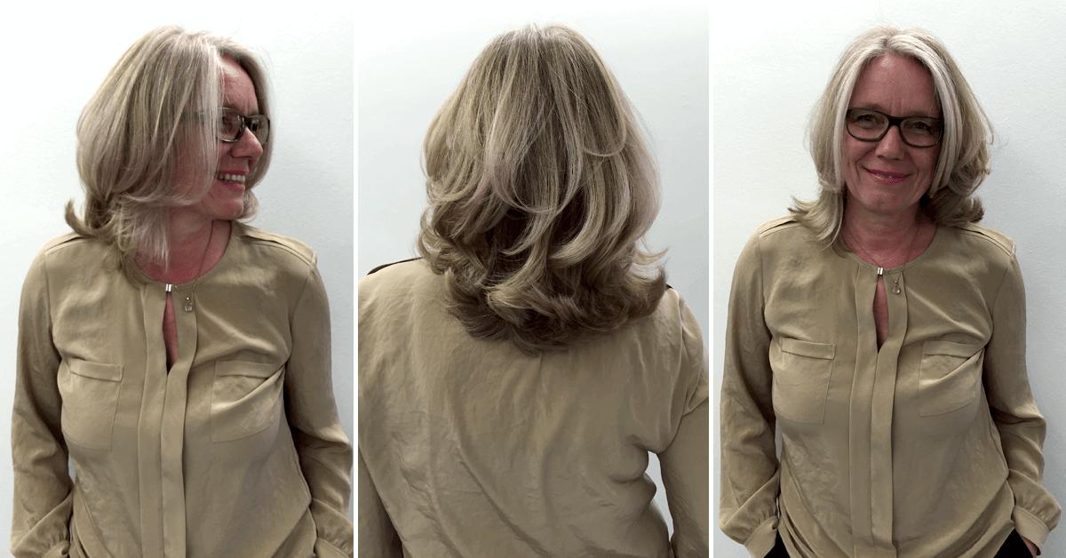 Kundin präsentiert glücklich ihre neue Frisur
